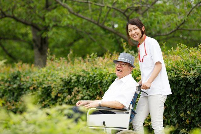 有料老人ホームで働く看護師の日勤と夜勤の流れ